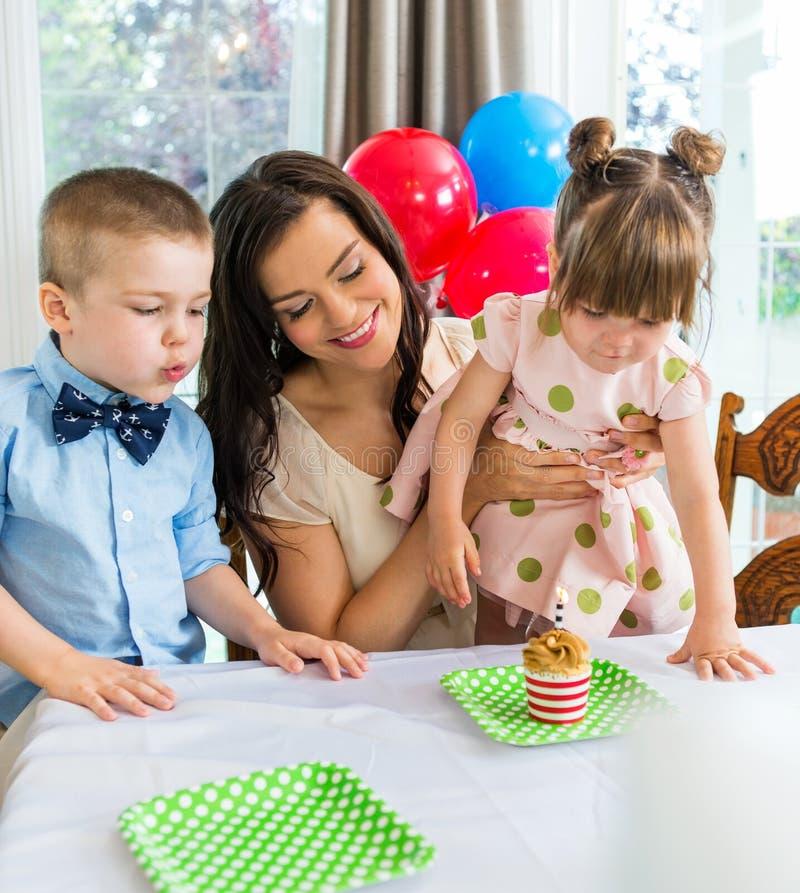 Famille célébrant l'anniversaire de la fille photo stock
