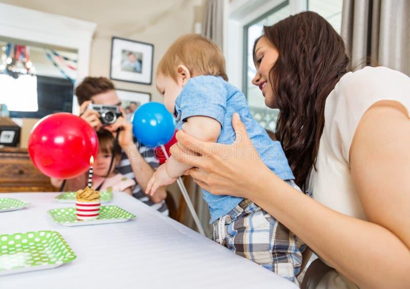 Famille célébrant l'anniversaire du fils à la maison images libres de droits