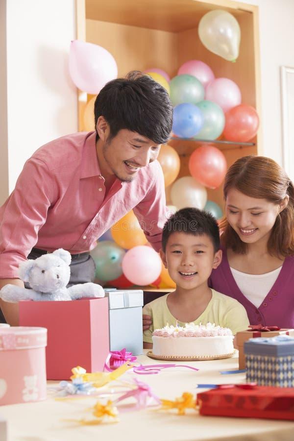 Famille célébrant l'anniversaire du fils images stock