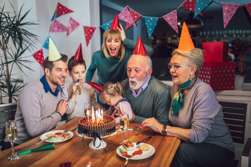 Famille célébrant l'anniversaire du grand-père image stock