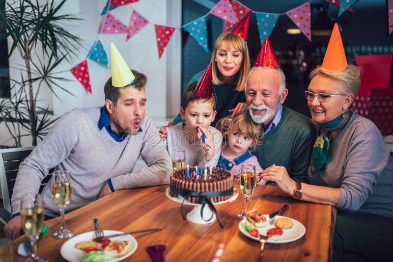 Famille célébrant l'anniversaire du grand-père ensemble images stock