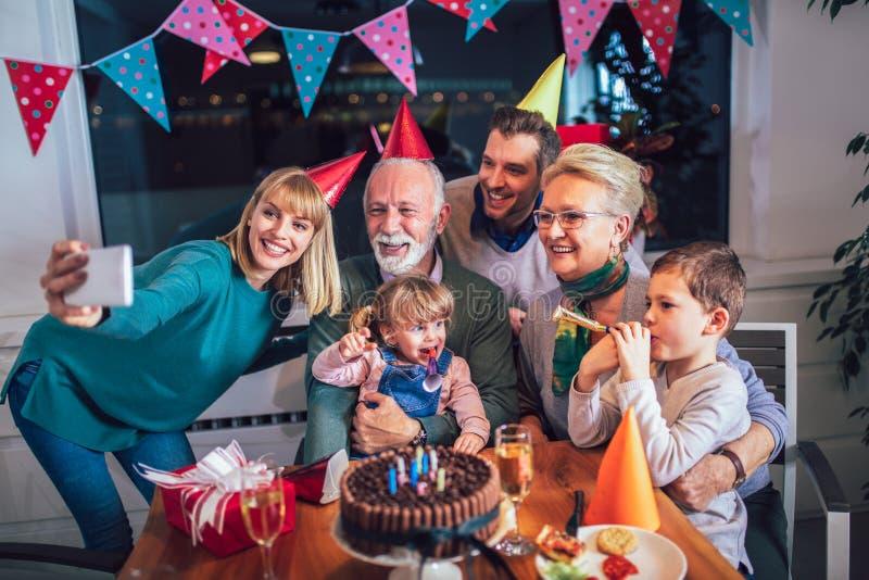 Famille célébrant l'anniversaire du grand-père photo stock
