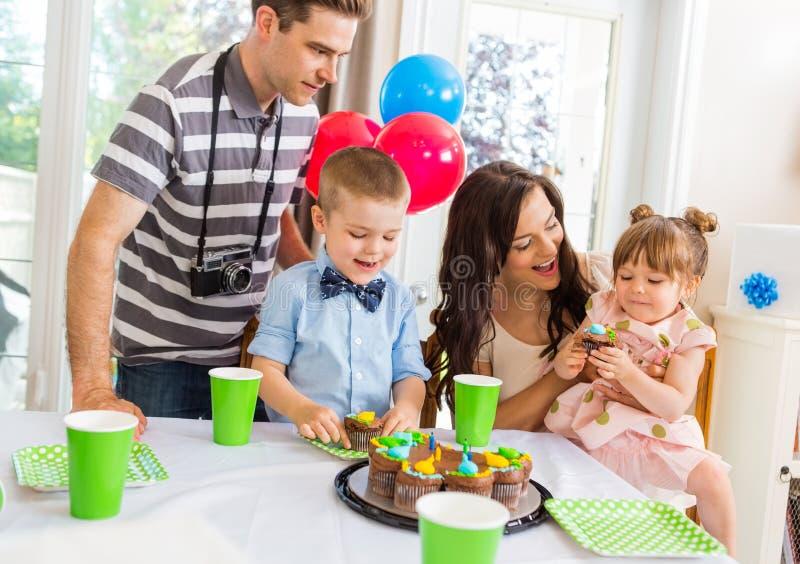 Famille célébrant la fête d'anniversaire à la maison image stock