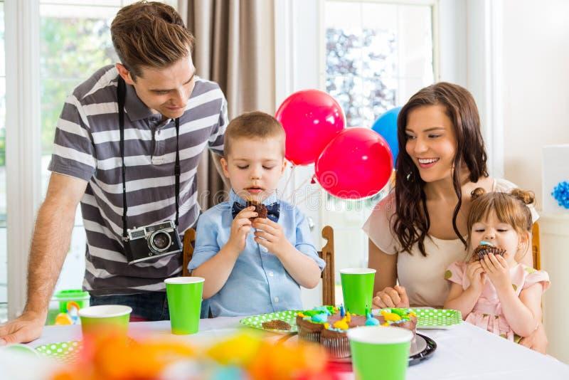 Famille célébrant la fête d'anniversaire à la maison photo stock
