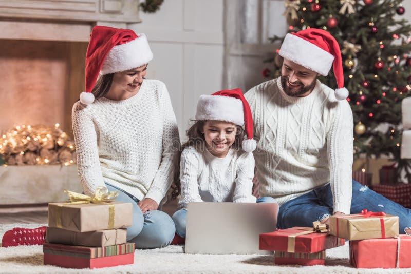 Famille célébrant la nouvelle année images libres de droits