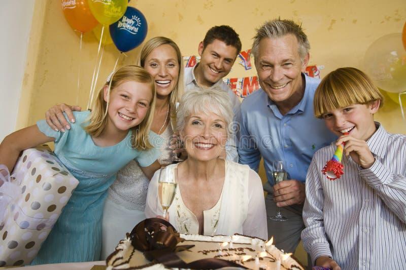 Famille célébrant la partie de retraite images libres de droits