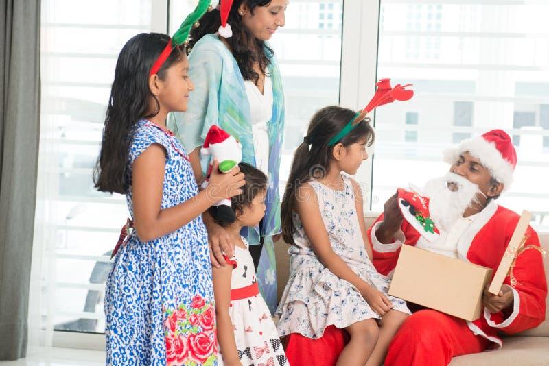 Famille célébrant le jour de Noël photos libres de droits