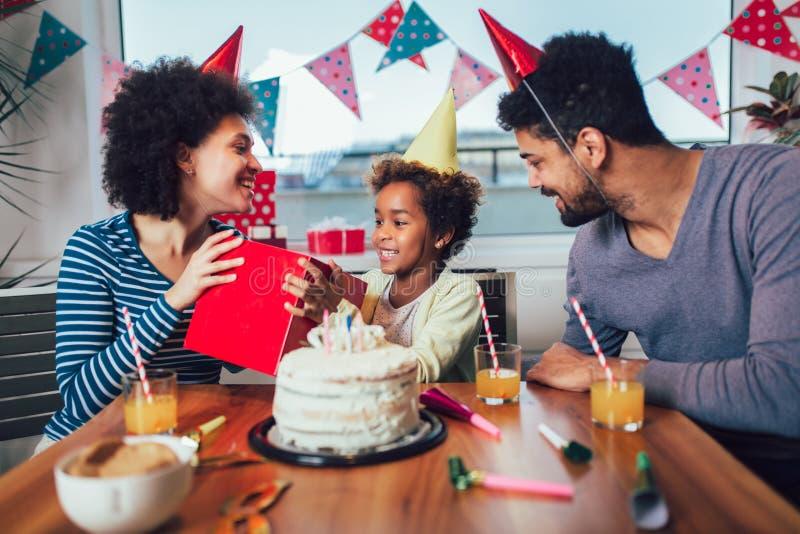 Famille c?l?brant un anniversaire ensemble ? la maison image libre de droits