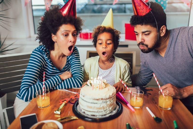 Famille c?l?brant un anniversaire ensemble ? la maison photographie stock