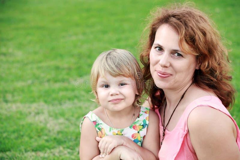Famille caucasienne, jeune mère avec la fille photographie stock