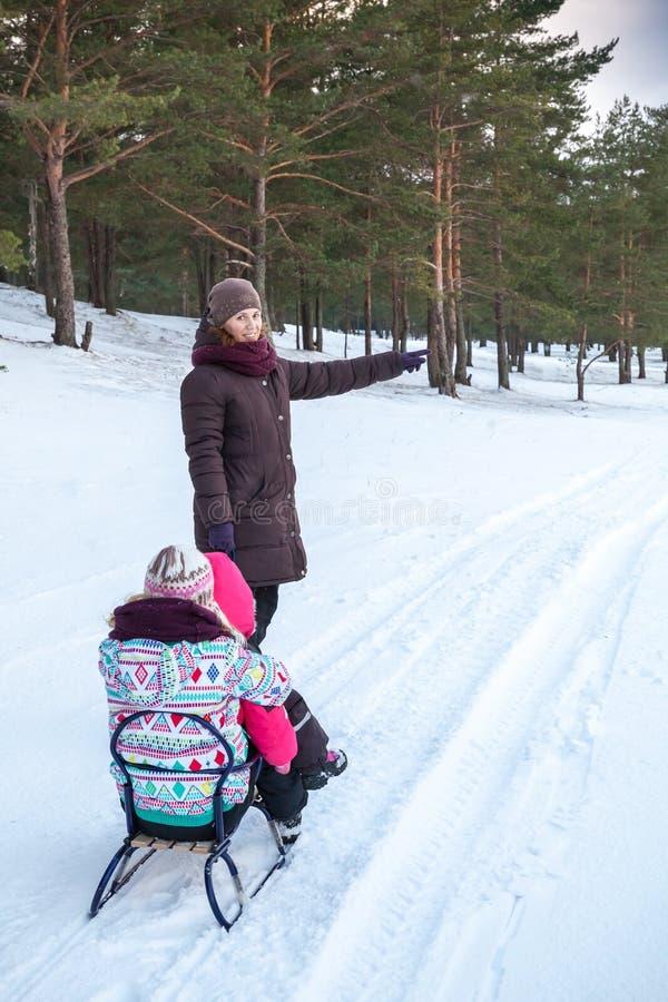 Famille caucasienne sur la marche d'hiver photographie stock