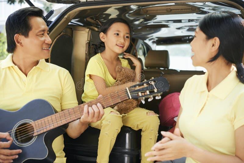 Famille chantant et jouant la guitare photo libre de droits