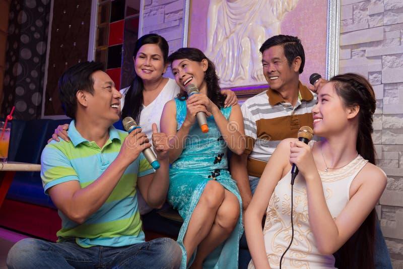 Famille chanteuse image libre de droits