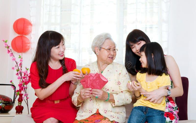 Famille chinoise célébrant la nouvelle année photographie stock