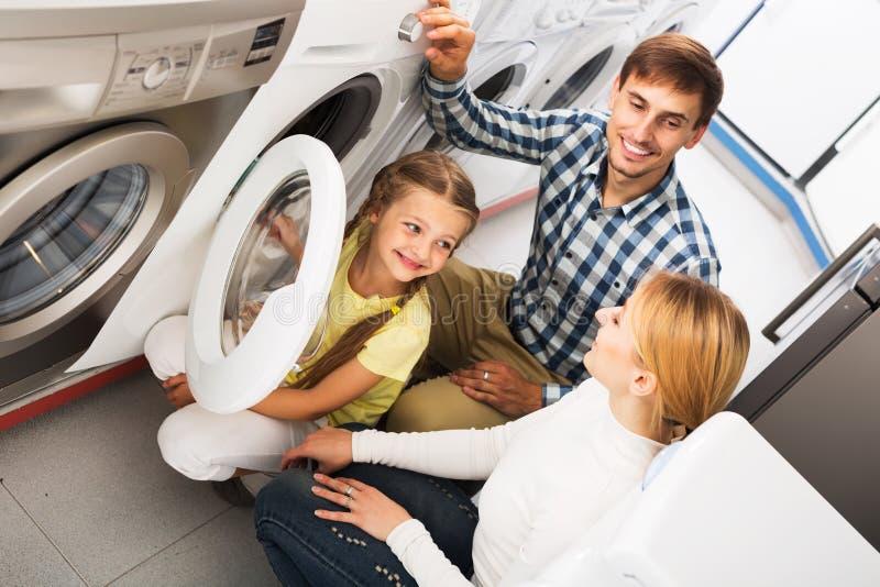 Download Famille Choisissant La Machine à Laver Photo stock - Image du hommes, détail: 76083566