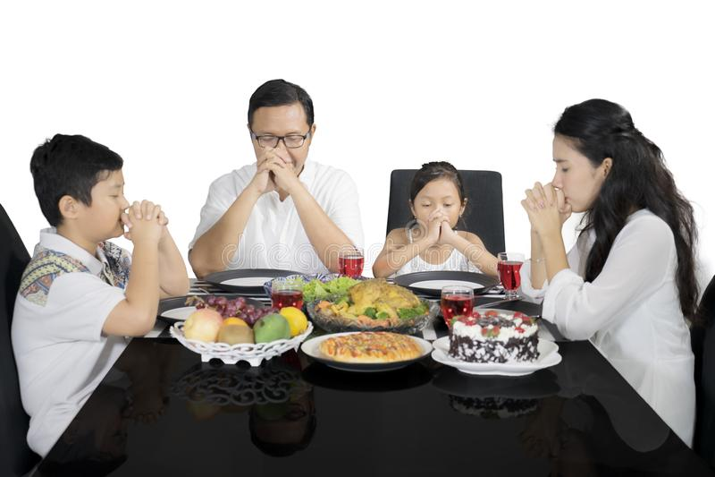 Famille chrétienne priant prendre le déjeuner avant photos libres de droits