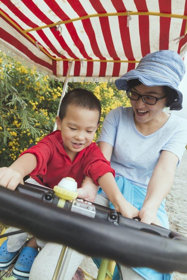 Famille conduisant la bicyclette images libres de droits