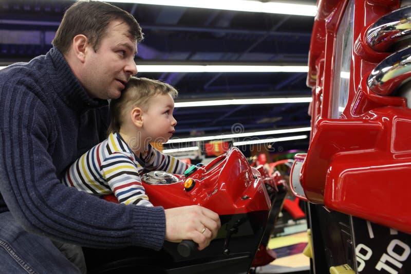Famille conduisant le jouet de motocyclette image libre de droits