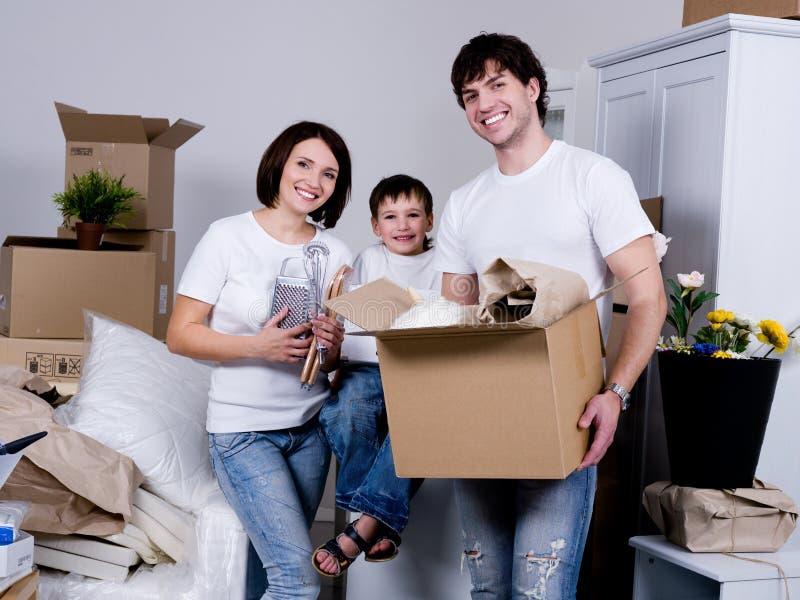 Famille déménageant au plat neuf