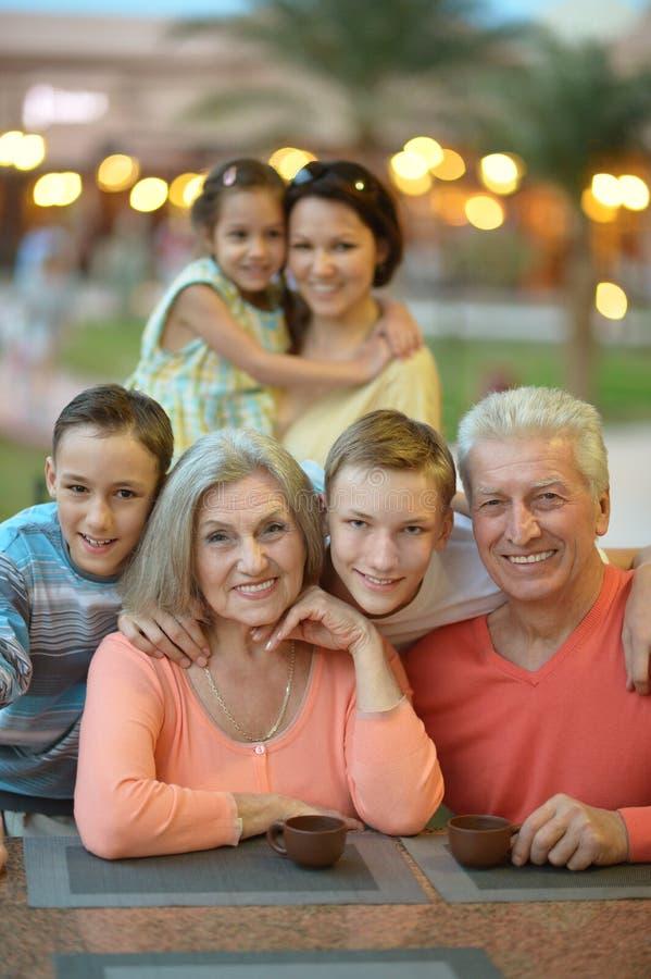 Famille détendant à la station de vacances images stock