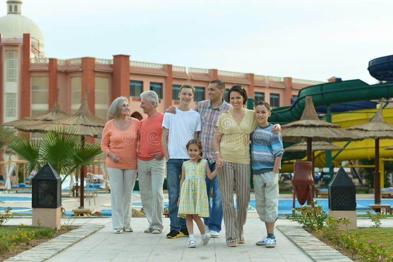 Famille détendant à la station de vacances photographie stock