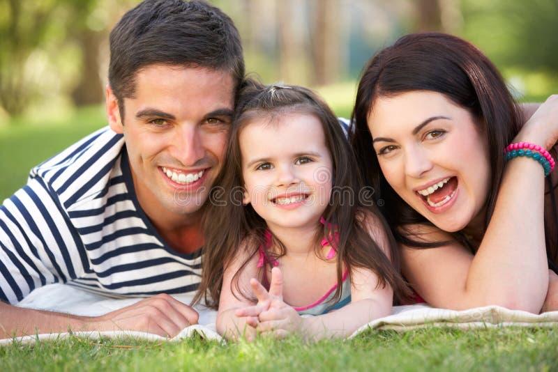 Famille détendant en jardin d'été photo libre de droits