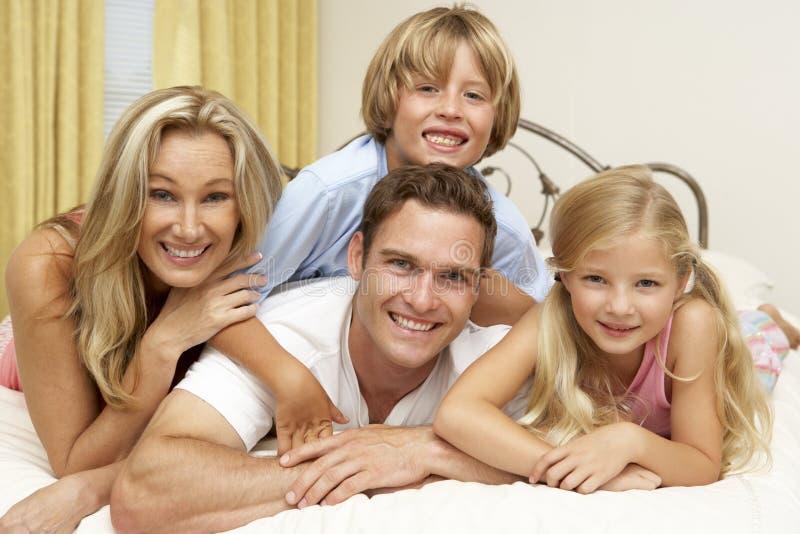 Famille détendant sur le bâti à la maison photo stock