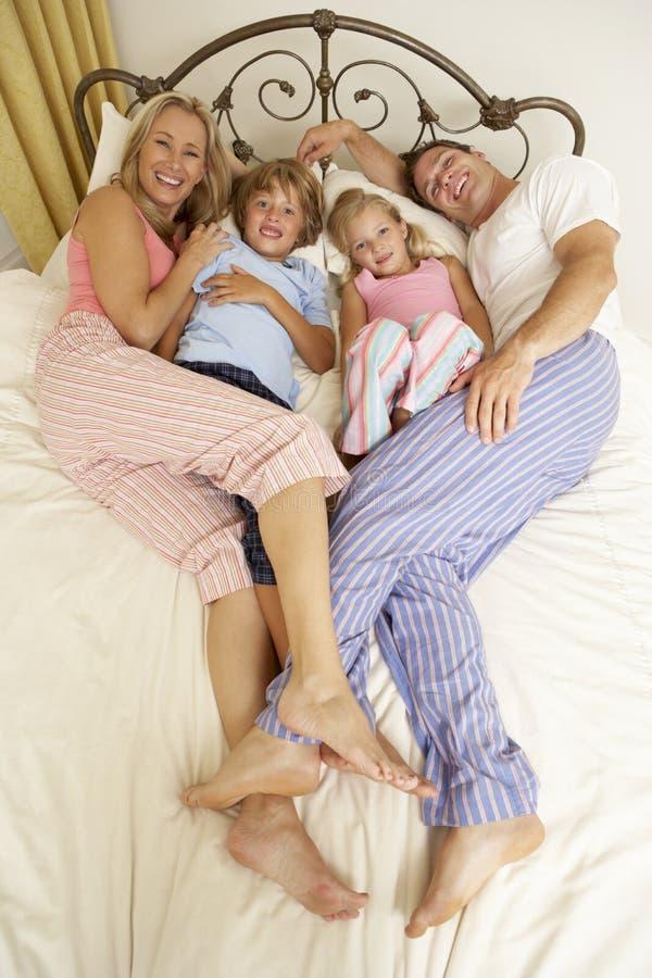 Famille détendant sur le bâti à la maison photos stock