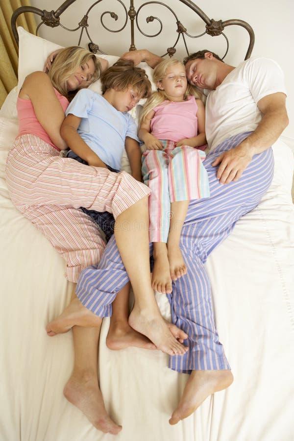Famille détendant sur le bâti à la maison images stock