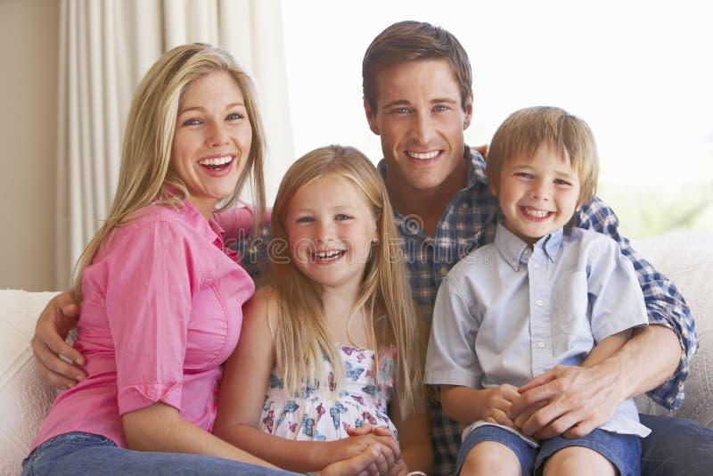 Famille détendant sur le sofa à la maison images libres de droits