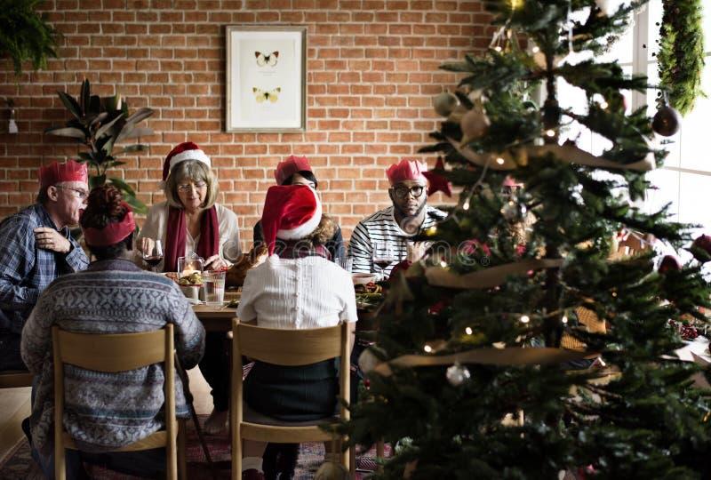 Famille dînant Noël photos stock