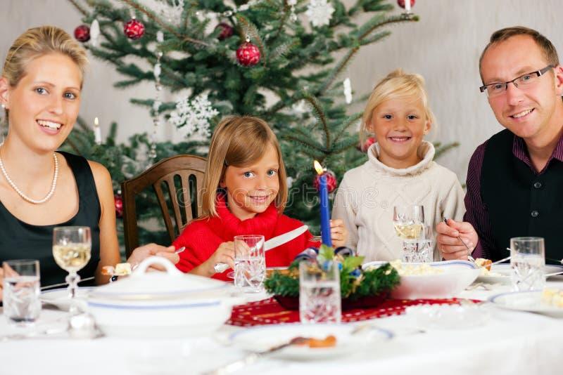 Famille dînant Noël photo libre de droits