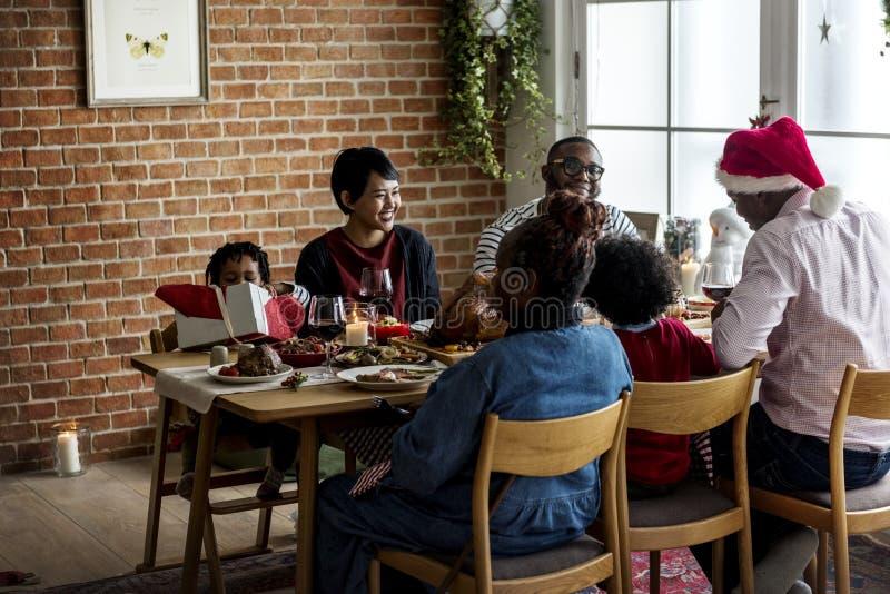 Famille dînant Noël ensemble image stock