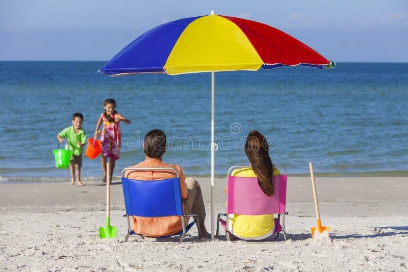 Famille d'enfants de Daughter Son Parents de père de mère sur la plage photographie stock
