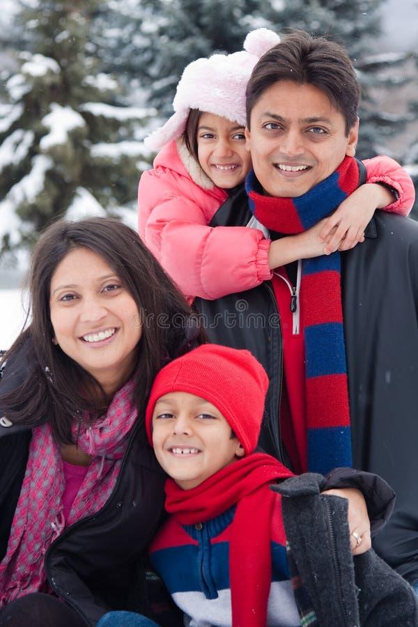 Famille d'Indien est jouant dans la neige images stock
