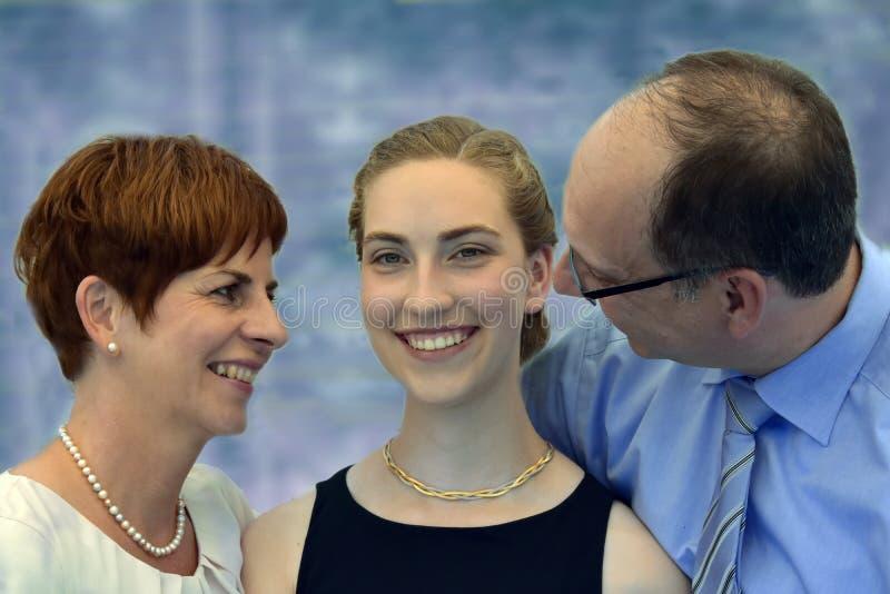 Famille d'une manière élégante habillée images libres de droits