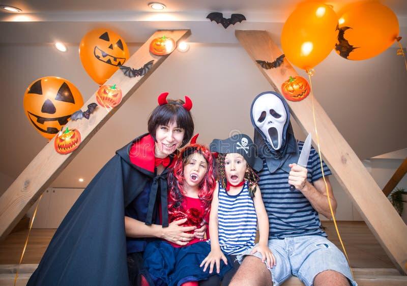 Famille dans des costumes de Halloween photos stock
