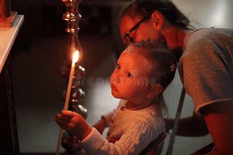 Famille dans l'église image stock