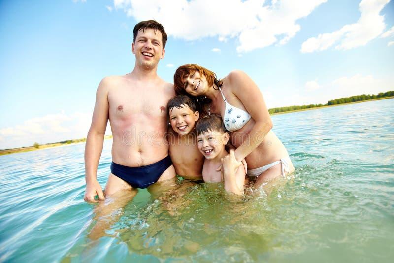 Famille dans l'eau images libres de droits