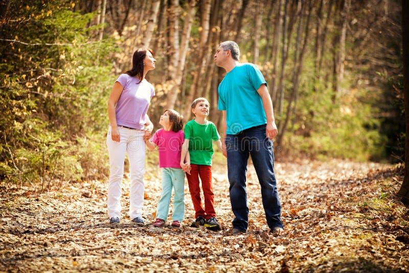 Famille dans la campagne photos stock