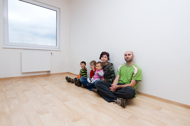 Famille dans la chambre blanche image libre de droits