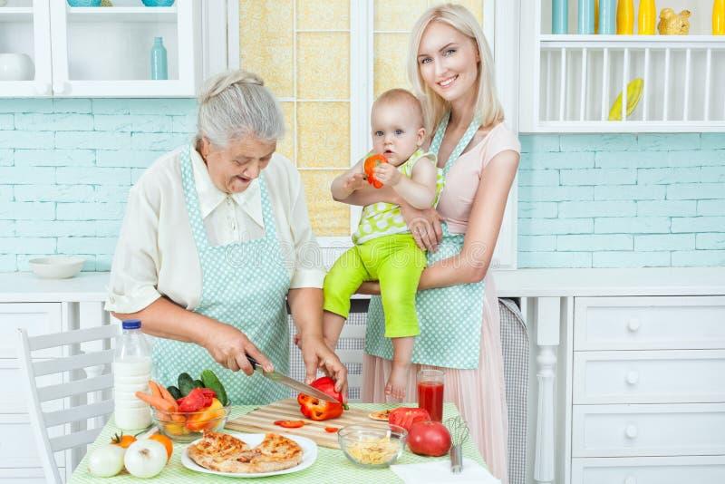 Famille dans la cuisine photos libres de droits