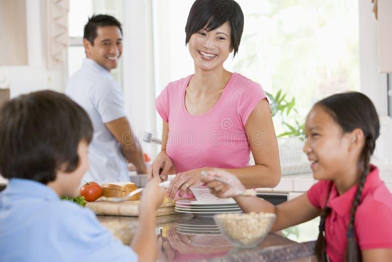 Famille dans la cuisine mangeant le déjeuner image stock
