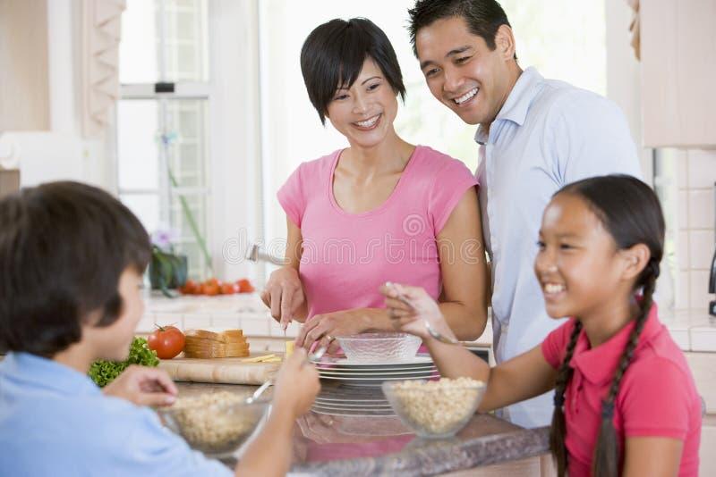 Famille dans la cuisine mangeant le déjeuner photo libre de droits