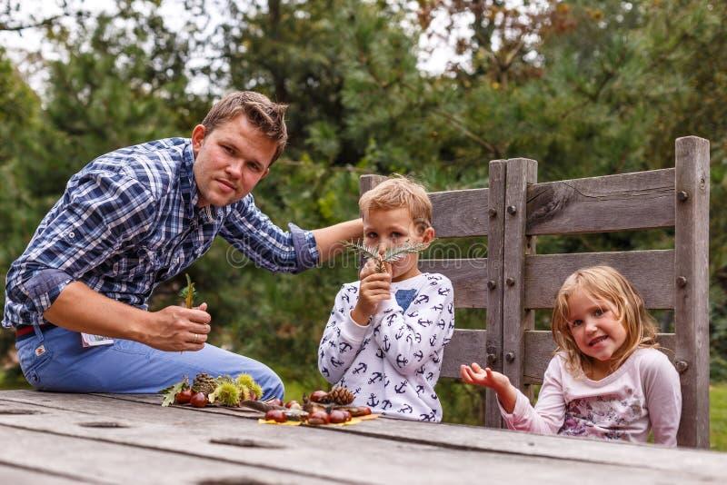 Famille dans la forêt d'automne photo stock