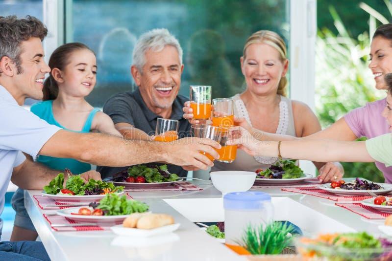 Famille dans la grande maison image libre de droits