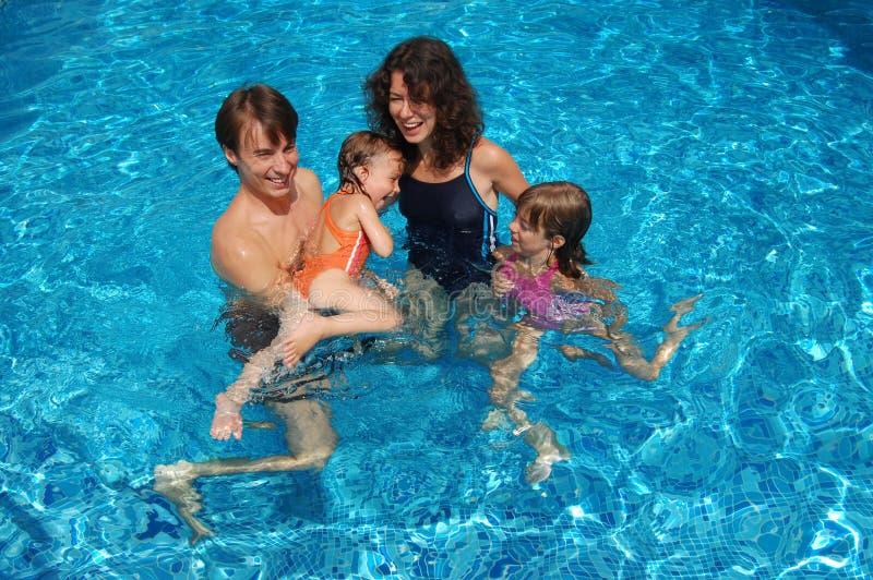 Famille dans la piscine photo stock