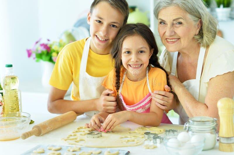 Famille dans la préparation de cuisine photographie stock libre de droits