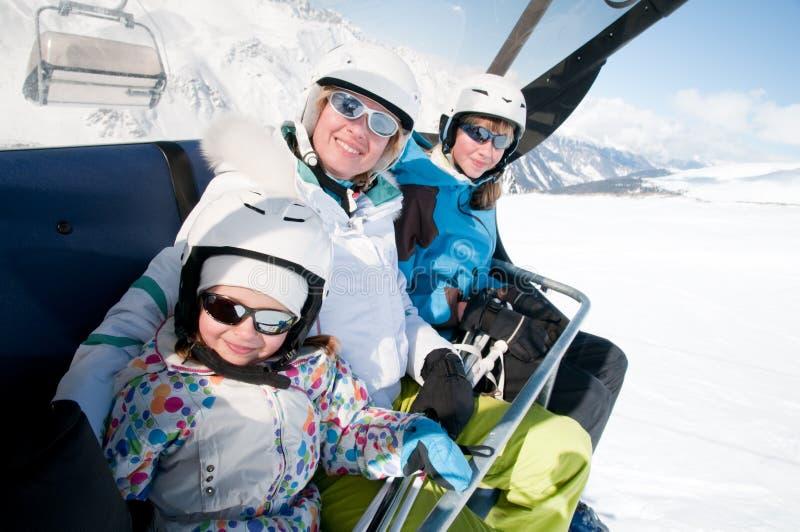 Famille dans la station de sports d'hiver image libre de droits