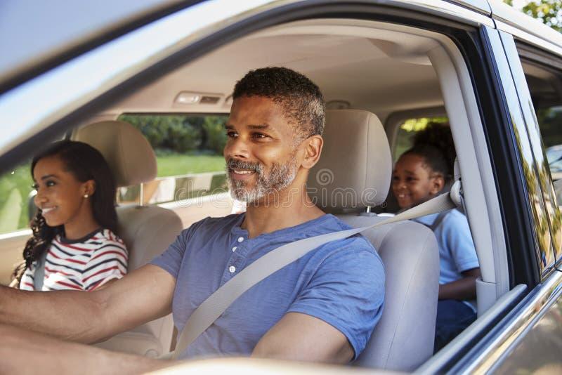 Famille dans la voiture partant en voyage par la route images libres de droits